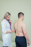 Ospedale: Stetoscopio di Checks Patient With del medico Immagini Stock Libere da Diritti