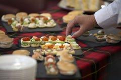 Ospite che mangia dal buffet fotografia stock libera da diritti