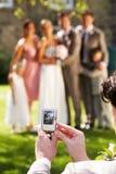 Ospite che prende foto dei damigelle della sposa Fotografia Stock