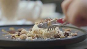 Ospite del ristorante con appetito che taglia un pezzo fresco di dolce cremoso turco del dado e del nougat Fine in su video d archivio