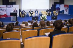 Ospite maschio che parla in scena durante l'incontro di affari nel grande congresso Corridoio immagine stock