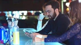Ospite maschio della barra che conta i dollari, sedentesi ad un contatore Fotografia Stock Libera da Diritti