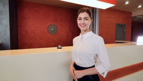 Ospite sorridente amichevole dell'hotel di saluto del receptionist dell'hotel archivi video