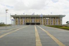 Ospiti che stanno fuori dei portoni della casa progettata ultra moderna del Parlamento o della Knesset situata a Gerusalemme Isra fotografia stock libera da diritti