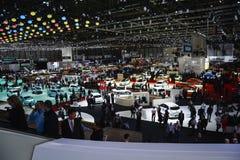 Ospiti che verificano il salone dell'automobile di Ginevra Fotografia Stock