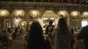 Ospiti del caffè attivamente che applaudono ai musicisti che hanno creato l'atmosfera meravigliosa archivi video