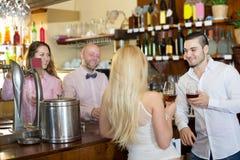 Ospiti del ristorante che bevono vino Immagini Stock