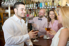 Ospiti del ristorante che bevono vino Fotografie Stock Libere da Diritti