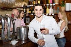 Ospiti del ristorante che bevono vino Immagine Stock