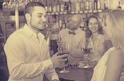 Ospiti del ristorante che bevono vino Immagini Stock Libere da Diritti
