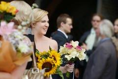 Ospiti di nozze che tostano sposa e sposo fotografia stock