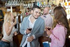 Ospiti divertenti del barista Immagini Stock