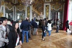 Ospiti sulla coda per il palazzo aprile di Versailles, Immagini Stock