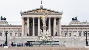 Ospiti vicino alla costruzione austriaca del Parlamento Immagini Stock