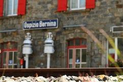 Ospizio Bernina - treno rosso svizzero Bernina preciso Immagini Stock Libere da Diritti