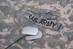 Oss armélikformig med tomma hundetiketter Royaltyfri Foto