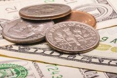 Oss dollarpengar: closeup av sedlar och mynt Royaltyfria Foton