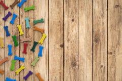 Ossa di cane su fondo di legno Fotografie Stock
