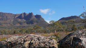 Ossa do Mt por terra da trilha com os pedregulhos do dolerite no primeiro plano vídeos de arquivo