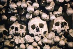 Ossa e crani umani come fondo Morte o concetto di funerale del cimitero fotografia stock libera da diritti