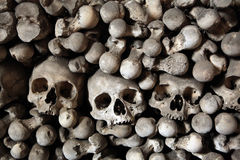 Ossa e crani umani in ossario di Sedlec vicino a Kutna Hora Fotografie Stock Libere da Diritti