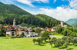 Ossana, città tipica delle alpi in Trentino Italia Fotografia Stock