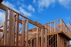 Ossatura muraria di legno al cantiere multifamiliare dell'alloggio Fotografie Stock Libere da Diritti