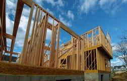 Ossatura muraria di legno al cantiere multifamiliare dell'alloggio Immagine Stock
