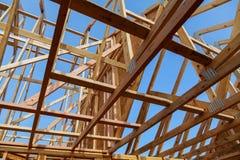 Ossatura muraria di legno al cantiere multifamiliare dell'alloggio Immagini Stock