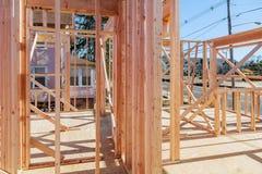 Ossatura muraria di legno alla costruzione di alloggi multifamiliare Immagini Stock