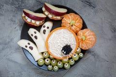 Ossequi di Halloween della frutta Fantasmi e Clementine Orange Pumpkins della banana, supporti del mostro di Apple e ragnatela Fotografie Stock Libere da Diritti