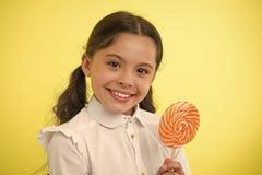 Ossequi favoriti della lecca-lecca di Candy dell'allievo Divertendosi con la caramella L'acconciatura delle code di cavallo del b fotografia stock libera da diritti