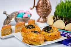 Ossequi nazionali e festivi azeri: Xiamen, pasticcerie, shekerburas, noci, nocciole, zucchero bianco con i dadi, uva passa nera immagine stock