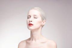 Osserva chiuso, una giovane donna, il ritratto, il fondo, rossetto rosso Fotografia Stock