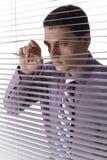 Osservando attraverso la finestra dell'ufficio Fotografie Stock Libere da Diritti