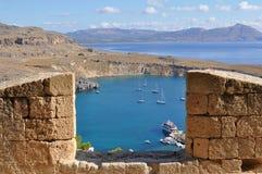 Osservando dall'acropoli di Lindos sopra il porto Rodi, immagini stock libere da diritti