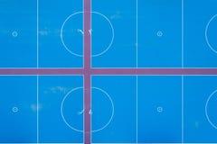 Osservando giù le nuove corti blu del netball fotografie stock libere da diritti