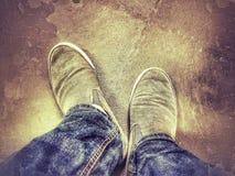 Osservando giù le scarpe e le gambe Immagine Stock Libera da Diritti