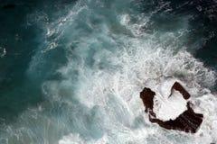 Osservando giù su una singola roccia Fotografie Stock Libere da Diritti