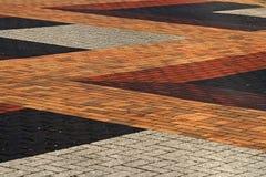 Osservando giù sulla pavimentazione colourful del mattone Fotografia Stock Libera da Diritti