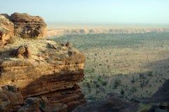 Osservando giù sulla pianura di Dogon dalla scogliera Immagini Stock
