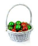 Osservando giù sulle sfere rosse e verdi dell'albero di Natale Fotografia Stock