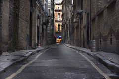 Osservando giù un vicolo lungo della parte posteriore di oscurità Fotografie Stock