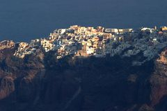Osservando i acroos alla scogliera superano la città di Oia, Santorini, il fron veduto Fira. fotografia stock