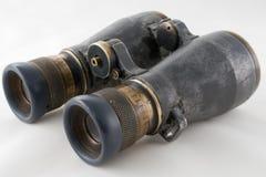 Osservando l'obiettivo del binocolo isolato su bianco Fotografie Stock Libere da Diritti