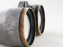 Osservando l'obiettivo del binocolo isolato su bianco Fotografia Stock Libera da Diritti
