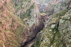 Osservando modo giù il fiume Arkansas ed il funzionamento del treno accanto nella gola reale in Colorado immagini stock