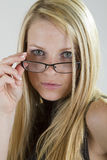 Osservando sopra i suoi vetri Fotografie Stock Libere da Diritti