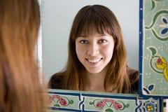 Osservando in specchio Immagini Stock