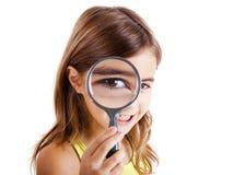Osservando tramite una lente d'ingrandimento Immagini Stock